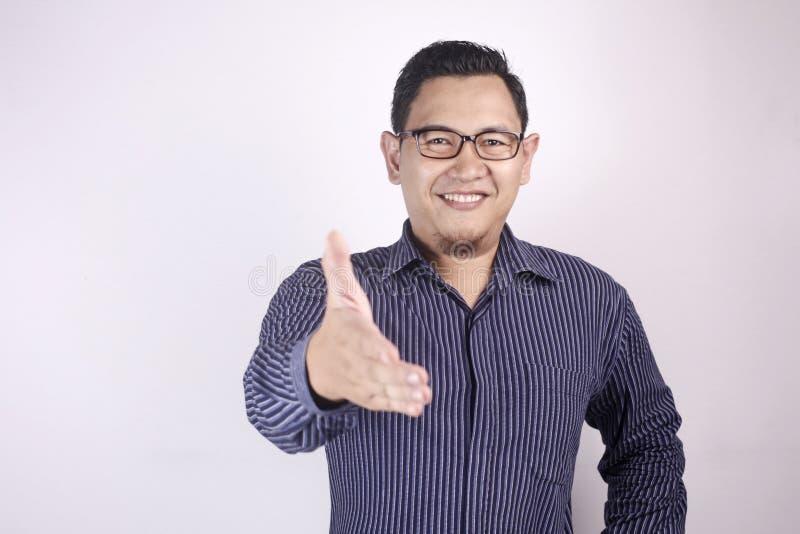 Νεαρός άνδρας που προσφέρει τη χειραψία στοκ φωτογραφία