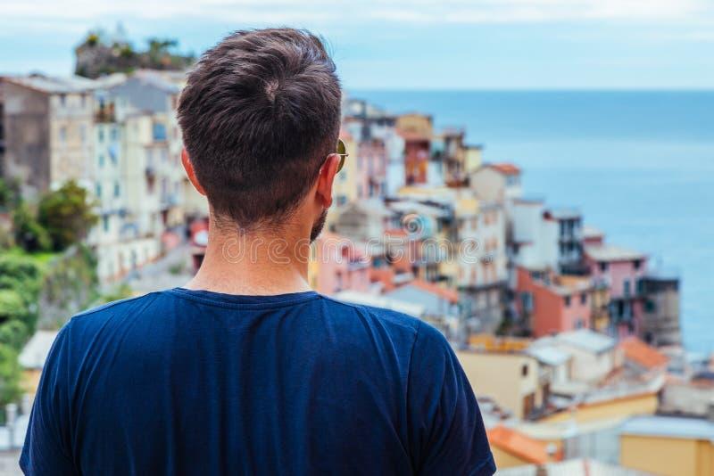 Νεαρός άνδρας που ταξιδεύει μέσω της Ευρώπης στοκ εικόνες