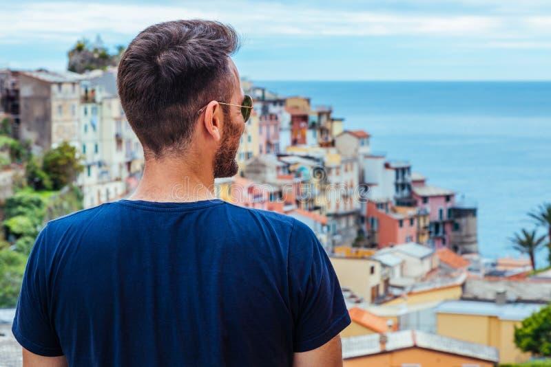 Νεαρός άνδρας που ταξιδεύει μέσω της Ευρώπης στοκ φωτογραφία