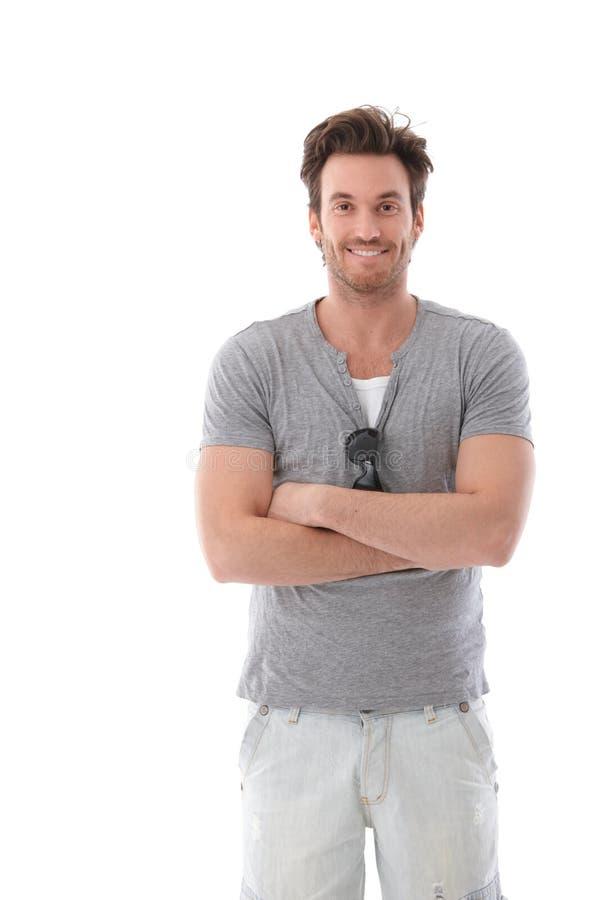 Νεαρός άνδρας που χαμογελά ευτυχώς στο καλοκαίρι στοκ φωτογραφίες