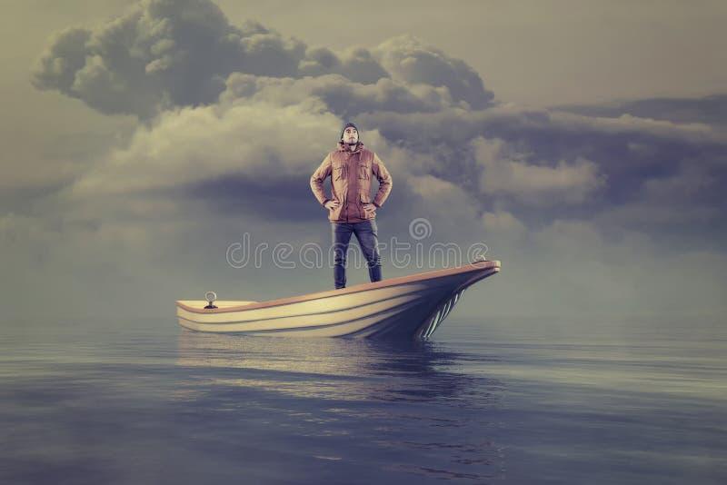 Νεαρός άνδρας σε μια βάρκα εν πλω στοκ εικόνα