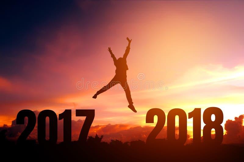 Νεαρός άνδρας σκιαγραφιών ευτυχής για το νέο έτος του 2018 στοκ φωτογραφίες
