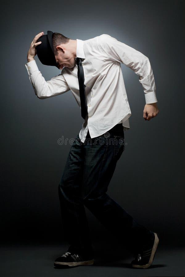 Νεαρός άνδρας στον άσπρο χορό πουκάμισων και μαύρων καπέλων. στοκ φωτογραφία με δικαίωμα ελεύθερης χρήσης