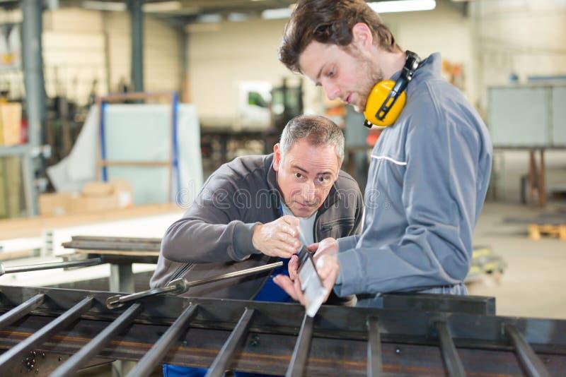 Νεαρός άνδρας στο εκπαιδευτικό μάθημα σιδηρουργείων στοκ εικόνα με δικαίωμα ελεύθερης χρήσης