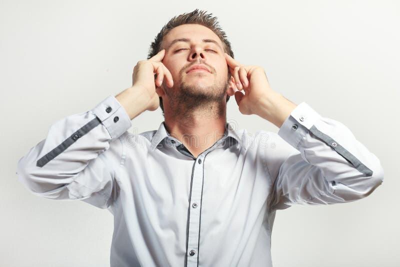 Νεαρός άνδρας σχετικά με το κεφάλι του στοκ φωτογραφία με δικαίωμα ελεύθερης χρήσης