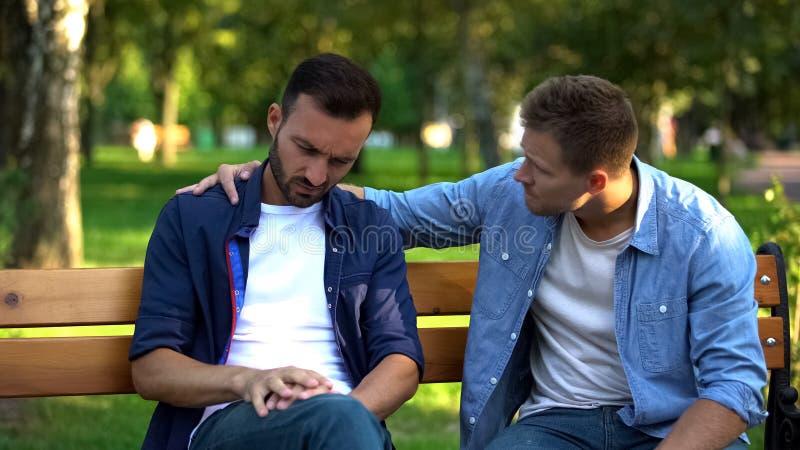 Νεαρός άνδρας υποστηρικτής φίλος που κάθεται έξω μαζί, φροντίδα φιλίας, συμβουλή στοκ φωτογραφία