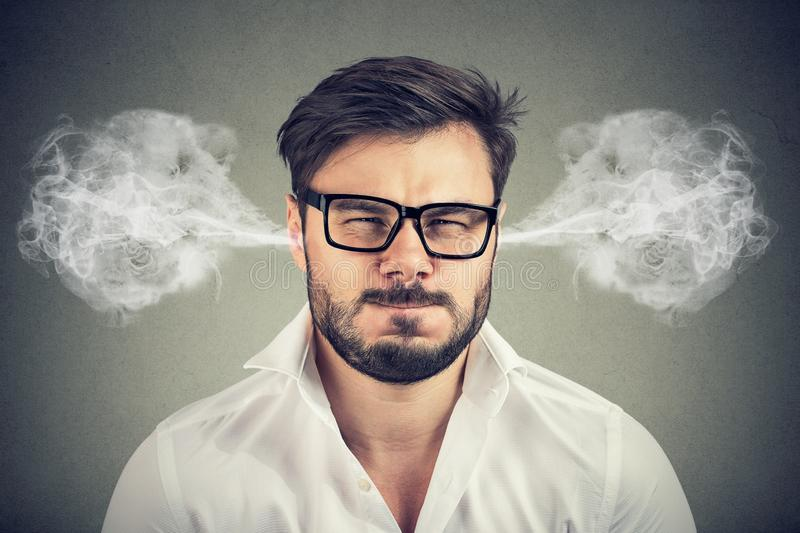 0 νεαρός άνδρας, φυσώντας ατμός που βγαίνει από τα αυτιά στοκ εικόνες με δικαίωμα ελεύθερης χρήσης