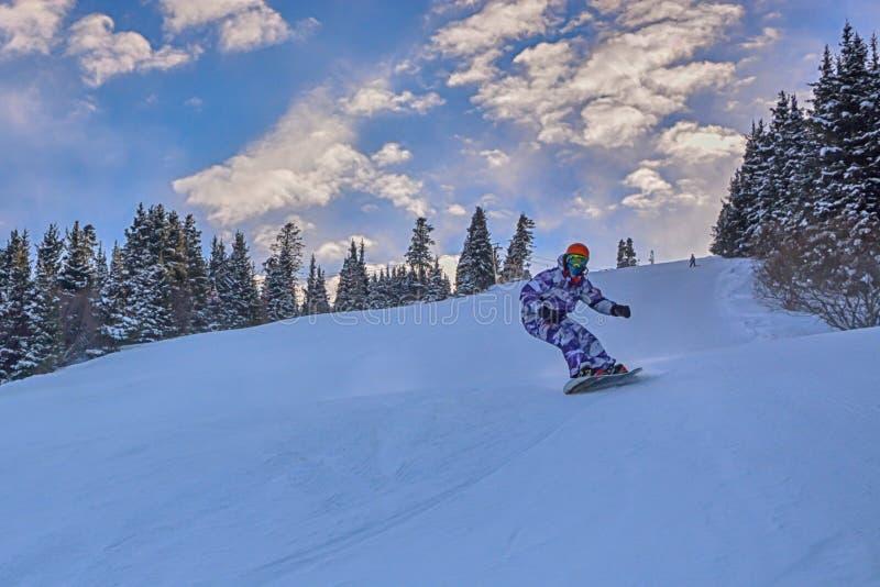 Νεαρός άνδρας snowboarder που μειώνει την κλίση στα βουνά Karakol στοκ φωτογραφίες με δικαίωμα ελεύθερης χρήσης