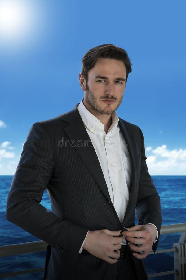 Νεαρός άνδρας ενάντια στο κιγκλίδωμα στο κρουαζιερόπλοιο στοκ εικόνες
