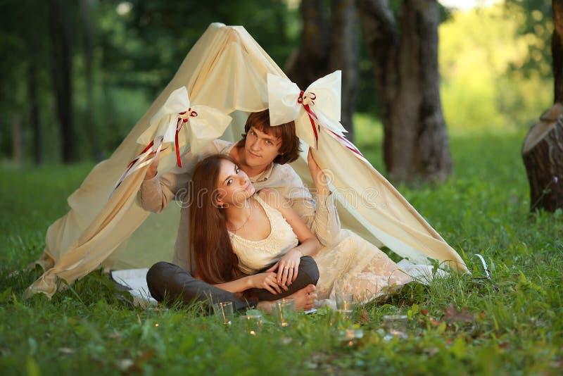 Νεαρός άνδρας και γυναίκα, ερωτευμένο ζεύγος μέσα στην καλή σκηνή στοκ εικόνα με δικαίωμα ελεύθερης χρήσης