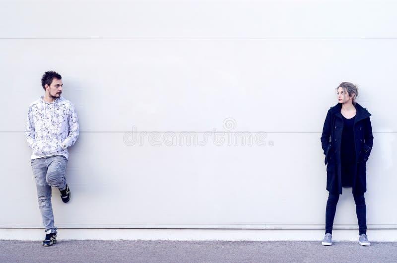 Νεαρός άνδρας και γυναίκα που εξετάζουν η μια την άλλη στοκ φωτογραφία με δικαίωμα ελεύθερης χρήσης