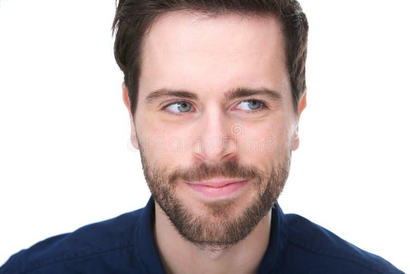 Νεαρός άνδρας με ένα χαμόγελο και το κοίταγμα μακριά στοκ εικόνα
