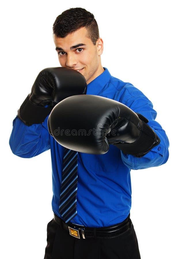 Νεαρός άνδρας με τα γάντια μπόξερ στοκ φωτογραφία με δικαίωμα ελεύθερης χρήσης