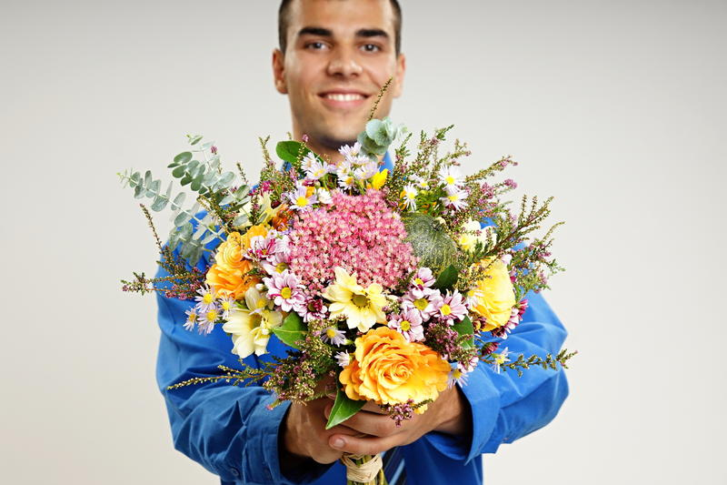 Νεαρός άνδρας με τα λουλούδια στοκ εικόνες