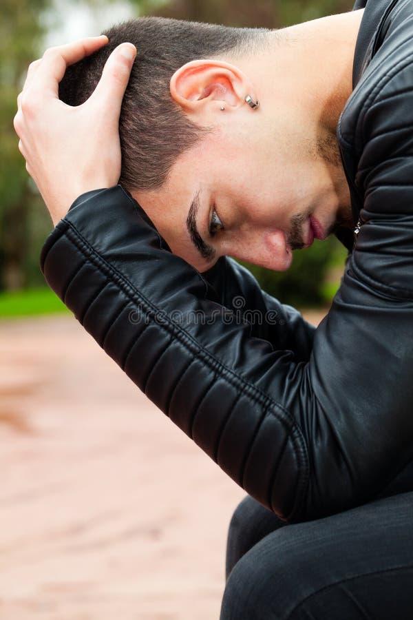 Νεαρός άνδρας με τα προβλήματα Απελπισμένα άτομα στοκ εικόνες