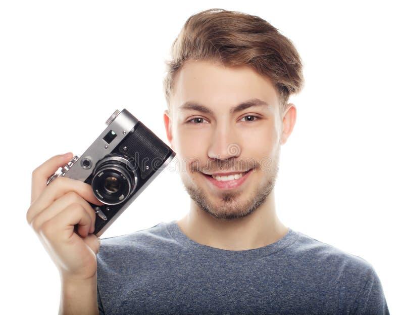 Νεαρός άνδρας με τη φωτογραφική μηχανή Απομονωμένος πέρα από την άσπρη ανασκόπηση στοκ φωτογραφία με δικαίωμα ελεύθερης χρήσης