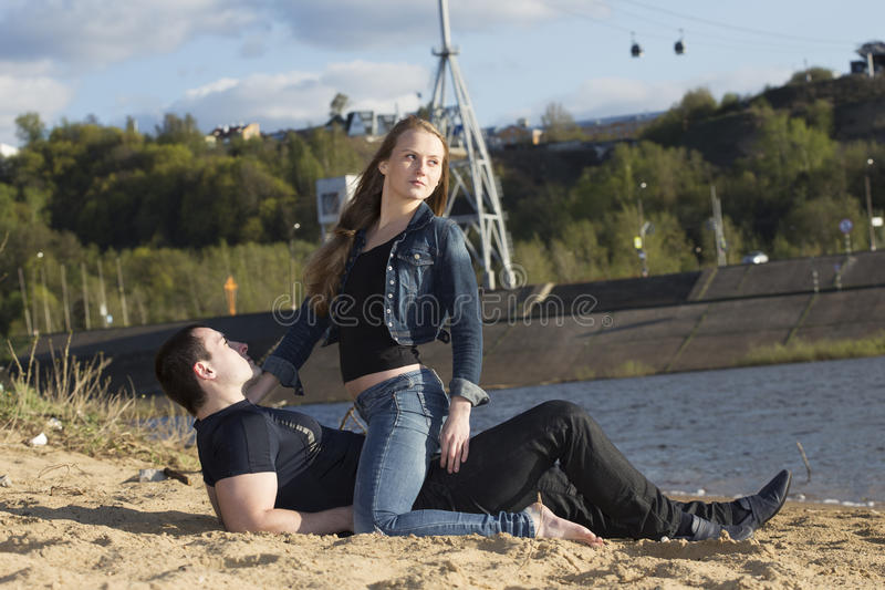 Νεαρός άνδρας με το νέο κοίταγμα γυναικών κατά μέρος στοκ φωτογραφίες με δικαίωμα ελεύθερης χρήσης