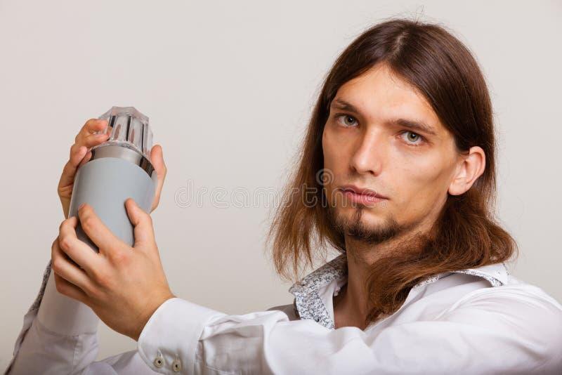 Νεαρός άνδρας με το δονητή που κατασκευάζει το ποτό κοκτέιλ στοκ φωτογραφία με δικαίωμα ελεύθερης χρήσης