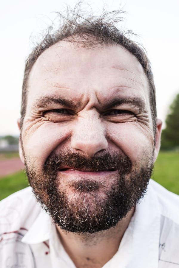 Νεαρός άνδρας με το παράξενο χαμόγελο στοκ φωτογραφία με δικαίωμα ελεύθερης χρήσης