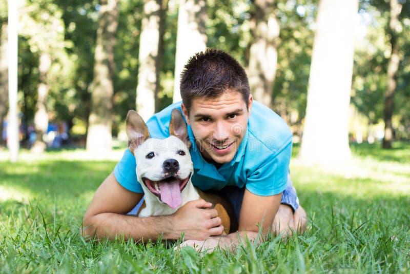Νεαρός άνδρας με το σκυλί του στοκ φωτογραφία με δικαίωμα ελεύθερης χρήσης