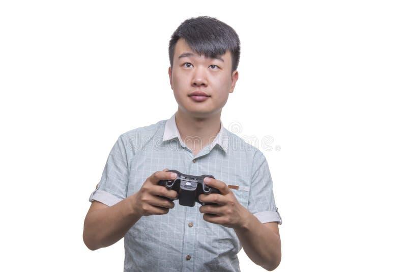 Νεαρός άνδρας με το τηλεοπτικό μαξιλάρι ελέγχου παιχνιδιών στοκ εικόνα