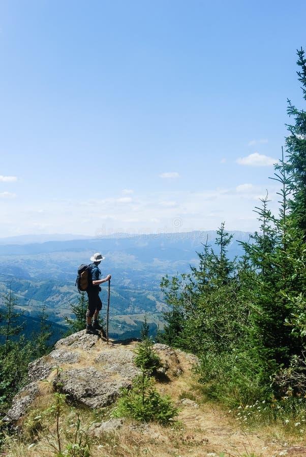 Νεαρός άνδρας ορειβασίας στοκ εικόνα με δικαίωμα ελεύθερης χρήσης