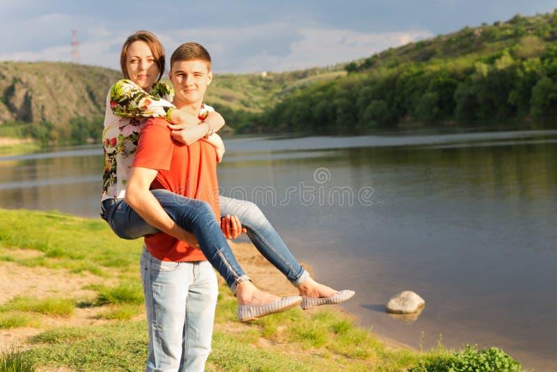 Νεαρός άνδρας που δίνει στη φίλη του ένα σηκώνω στην πλάτη στοκ φωτογραφίες με δικαίωμα ελεύθερης χρήσης