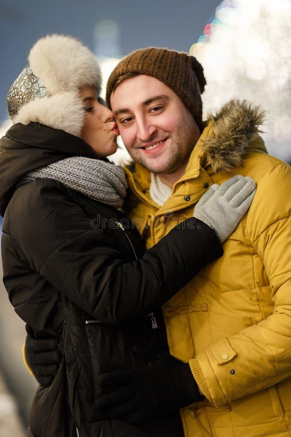 Νεαρός άνδρας που αγκαλιάζει τη φίλη του στοκ εικόνα