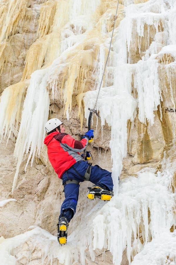 Νεαρός άνδρας που αναρριχείται στον πάγο στοκ φωτογραφία με δικαίωμα ελεύθερης χρήσης