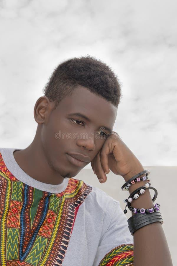 Νεαρός άνδρας που ανησυχεί για το μέλλον του στοκ εικόνες με δικαίωμα ελεύθερης χρήσης