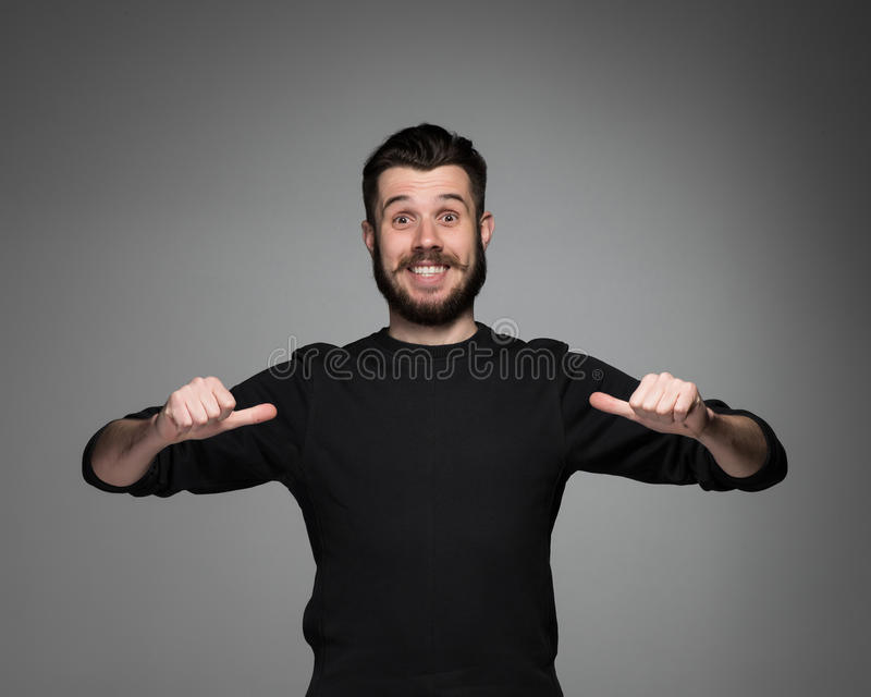 Νεαρός άνδρας που δείχνεται στοκ φωτογραφία με δικαίωμα ελεύθερης χρήσης