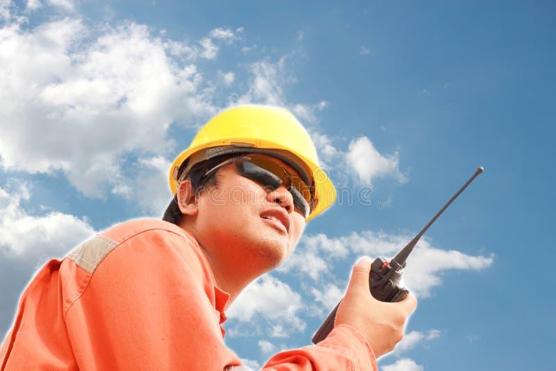 Νεαρός άνδρας που επικοινωνεί walkie-talkie στοκ εικόνες με δικαίωμα ελεύθερης χρήσης