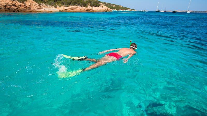 Νεαρός άνδρας που κολυμπά με αναπνευτήρα στο σαφές τροπικό τυρκουάζ στοκ φωτογραφία με δικαίωμα ελεύθερης χρήσης