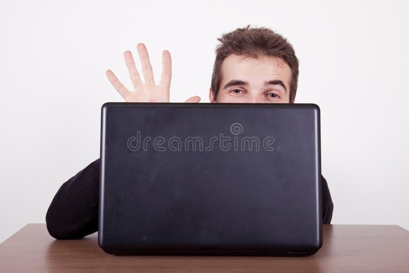 Κυματισμός από πίσω από έναν υπολογιστή στοκ εικόνες
