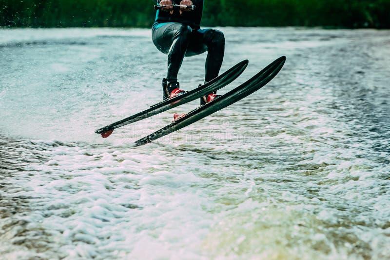 Νεαρός άνδρας που οδηγά στα σκι νερού στοκ φωτογραφία με δικαίωμα ελεύθερης χρήσης