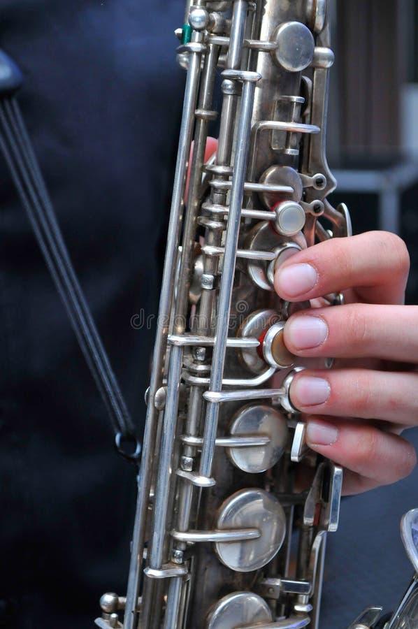 Νεαρός άνδρας που παίζει το saxophone στο γάμο στοκ φωτογραφία