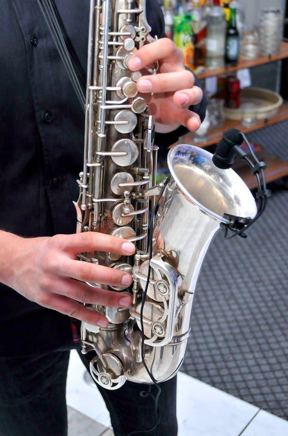 Νεαρός άνδρας που παίζει το saxophone στο γάμο στοκ εικόνες