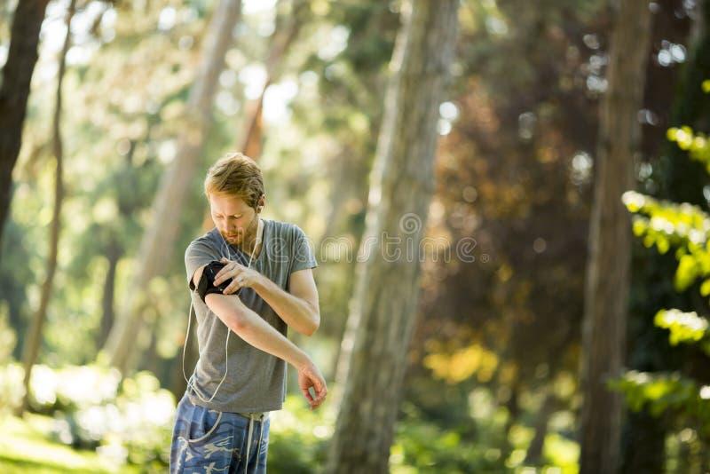 Νεαρός άνδρας που τρέχει στο πάρκο φθινοπώρου στοκ εικόνα