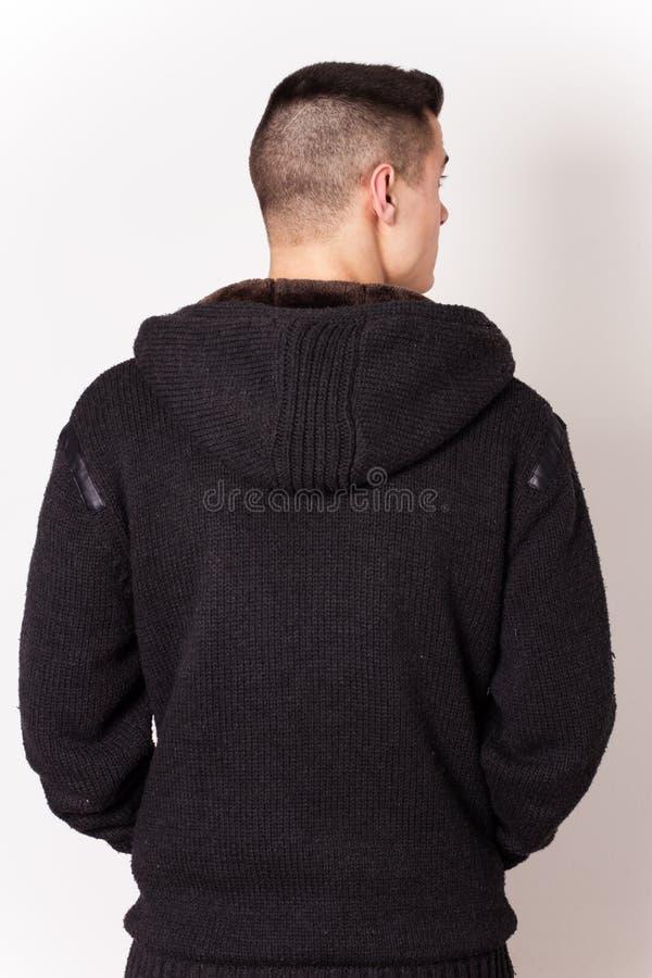Νεαρός άνδρας που φορά τη μαύρη πλάτη φορεμάτων στοκ φωτογραφίες