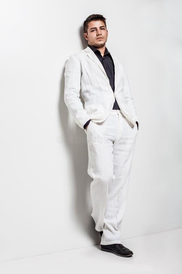 Νεαρός άνδρας που φορά το άσπρο κοστούμι στοκ φωτογραφίες με δικαίωμα ελεύθερης χρήσης