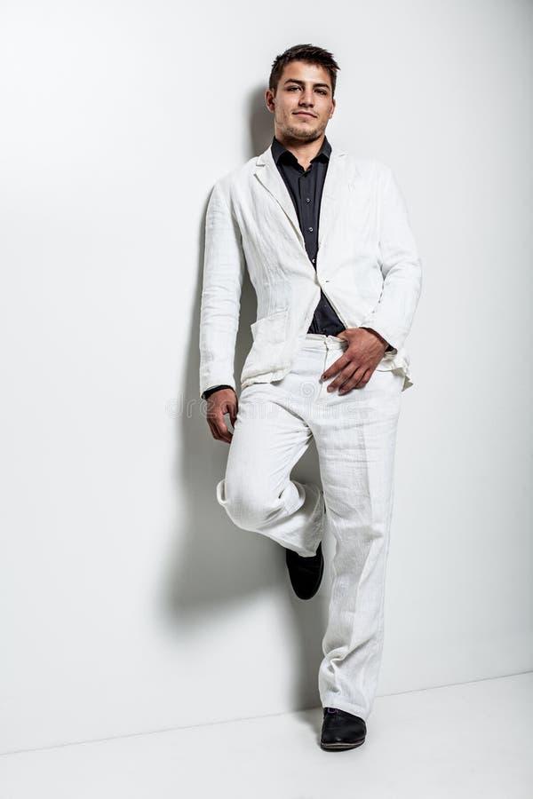 Νεαρός άνδρας που φορά το άσπρο κοστούμι στοκ φωτογραφία με δικαίωμα ελεύθερης χρήσης