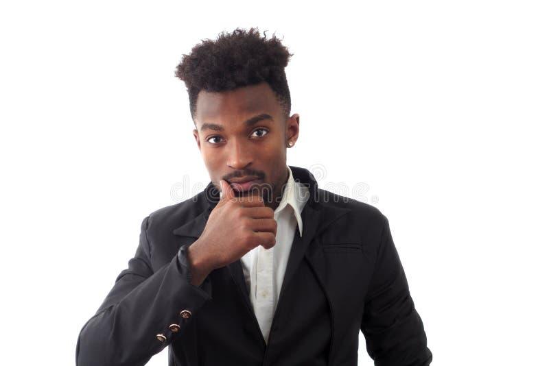 Νεαρός άνδρας που φορά το κοστούμι thingkig lookin στο πορτρέτο στούντιο καμερών στοκ φωτογραφία με δικαίωμα ελεύθερης χρήσης