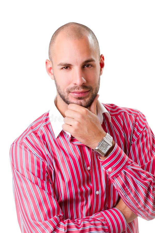 Νεαρός άνδρας που φορά το κόκκινο ριγωτό πουκάμισο και που εξετάζει τη κάμερα στοκ εικόνα με δικαίωμα ελεύθερης χρήσης