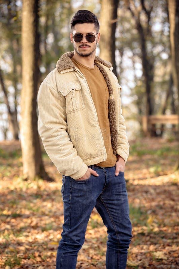 Νεαρός άνδρας που φορά το μοντέρνο ιματισμό φθινοπώρου στοκ εικόνα