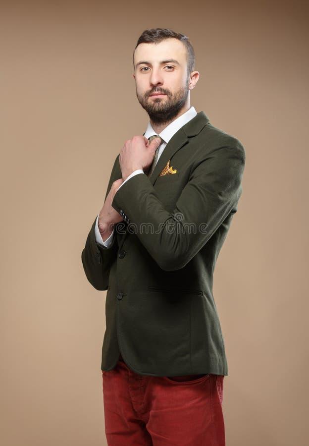 Νεαρός άνδρας σε ένα πράσινους κοστούμι και έναν δεσμό στοκ φωτογραφία με δικαίωμα ελεύθερης χρήσης