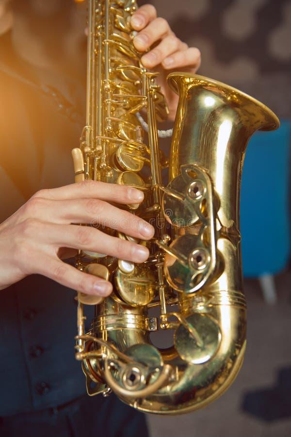 Νεαρός άνδρας σε ένα saxophone λαβής κοστουμιών στοκ εικόνες με δικαίωμα ελεύθερης χρήσης