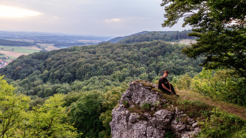 Νεαρός άνδρας στα βαυαρικά βουνά Jura στοκ εικόνα