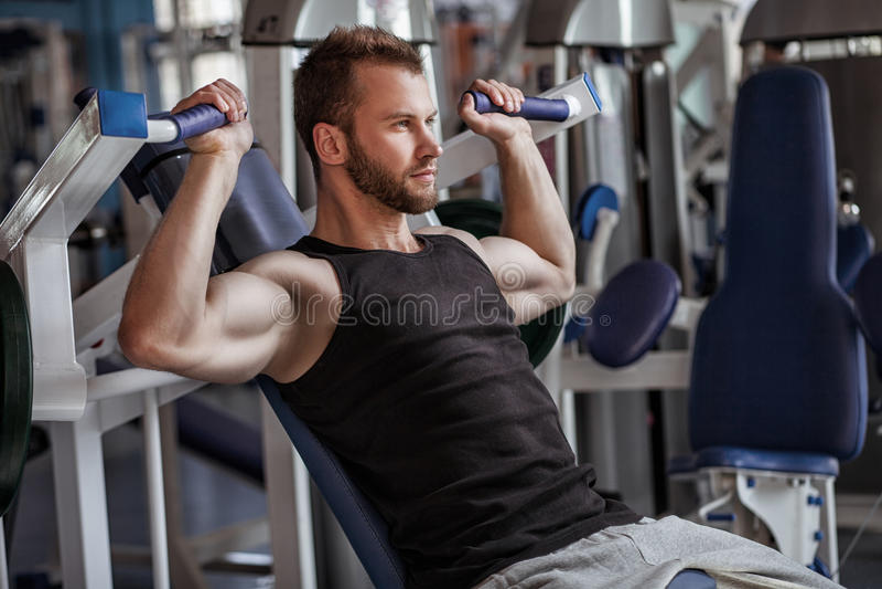 Νεαρός άνδρας στη λέσχη αθλητικής γυμναστικής στοκ φωτογραφία με δικαίωμα ελεύθερης χρήσης