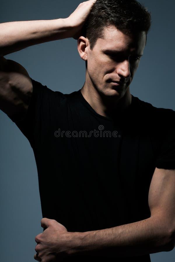 Νεαρός άνδρας στο μαύρο πουκάμισο στοκ φωτογραφίες