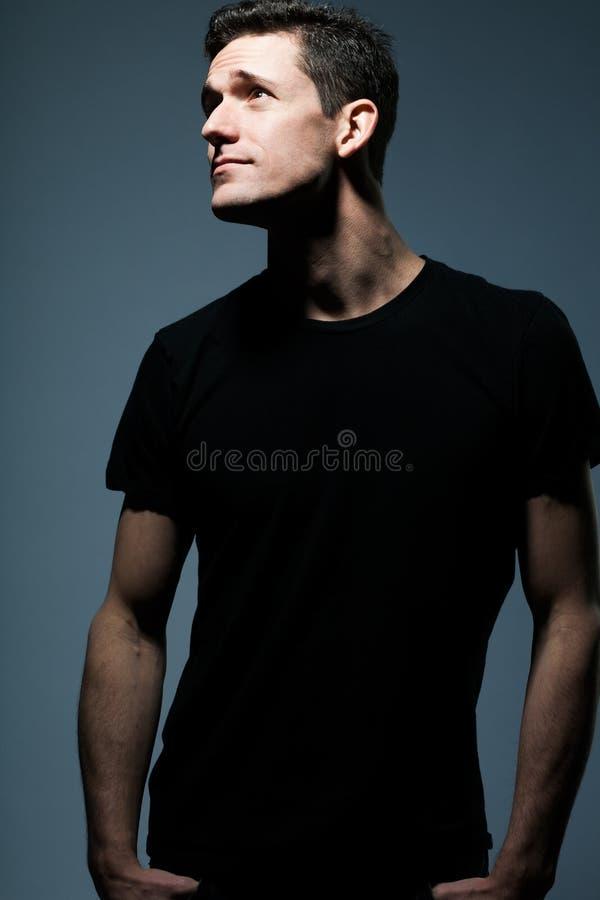 Νεαρός άνδρας στο μαύρο πουκάμισο στοκ εικόνα με δικαίωμα ελεύθερης χρήσης